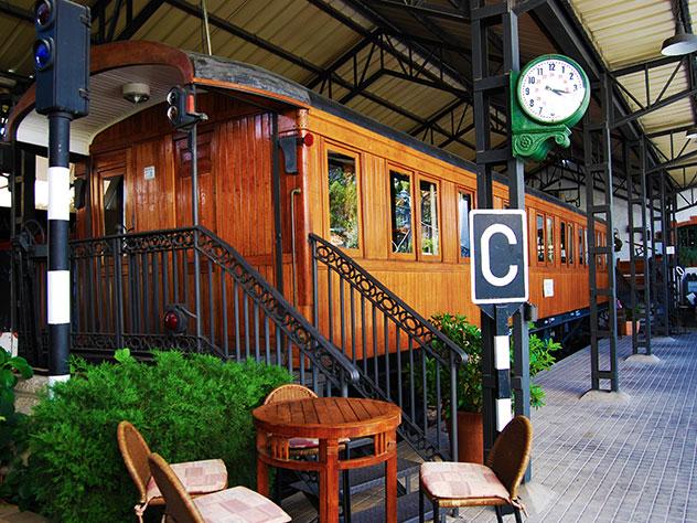 El exterior de El Vagón de Beni recrea el andén de una antigua estación de tren