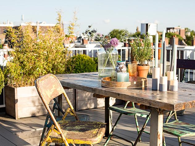 Esta es una de las pocas casas de este vecindario de Ámsterdm con una terraza en su azotea.