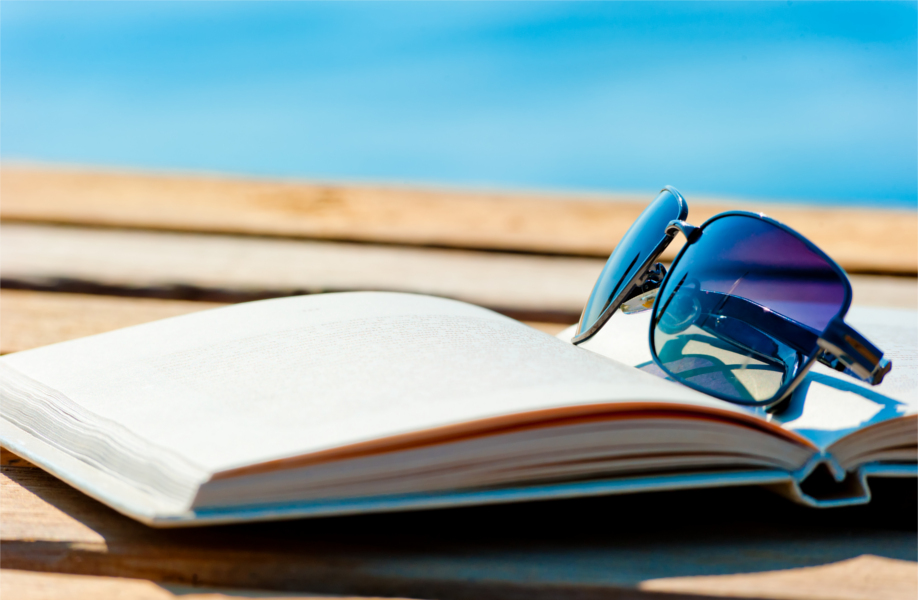 westwing-imprescindibles-playa-libros-gafas