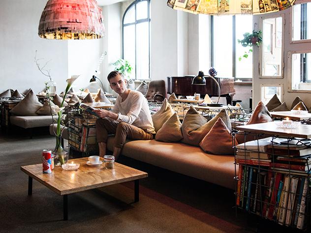 Sebastian Freitag, Director de Estilo de Westwing Alemania,  en el lobby del Hotel Michelberger.