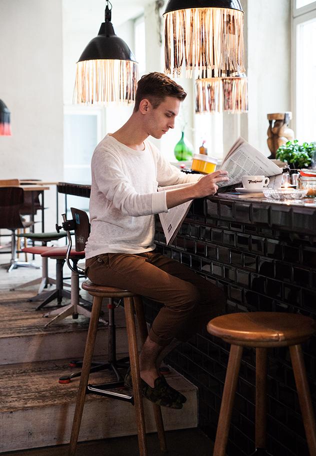 Sebastian leyendo el periódico en la barra del bar del Hotel.