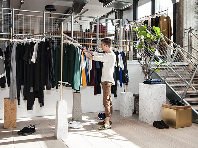 Sebastian Freitag, Director de Estilo de Westwing Alemania, curioseando por esta concept store.