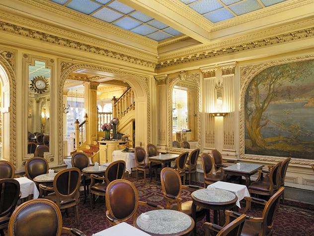 El salón de té Angelina presume de una exquisita decoración estilo Belle Epoque.