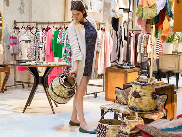 Margot Zanni en el interior de la concept store del diseñador Antonio Marras, Nonostante Marras.