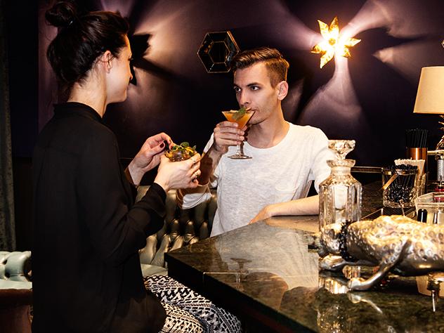 Sebastian Freitag, Director de Estilo de Westwing Alemania tomando un sabroso cóctel.