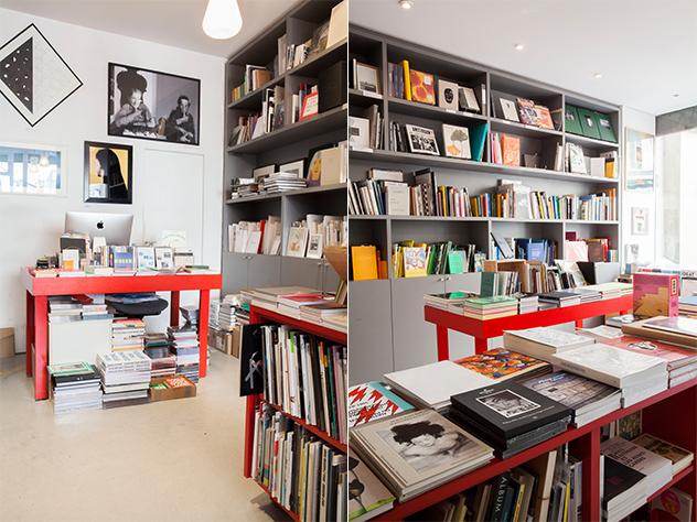Esta encantadora biblioteca cuenta con una cuidada selección de libros, catálogos, pósteres y ediciones limitadas.