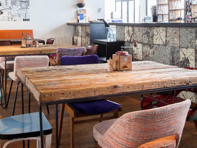 El restaurante de la planta inferior de Le Perchoir cuenta con una decoración tan pulida como su menú.
