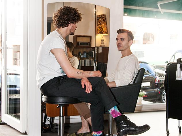 Yves Montoya trata a sus clientes como viejos amigos.