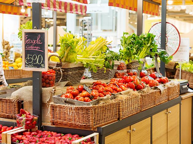 Puesto de fruta y verdura en Eataly.