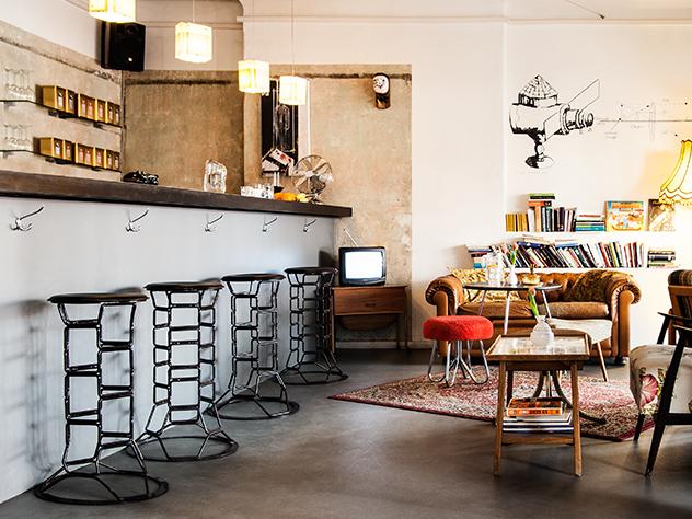 La sala de espera parece la sala de estar de una casa típica alemana.