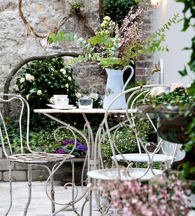 El Henriette cuenta con un patio interior en el se puede desayunar por las mañanas.