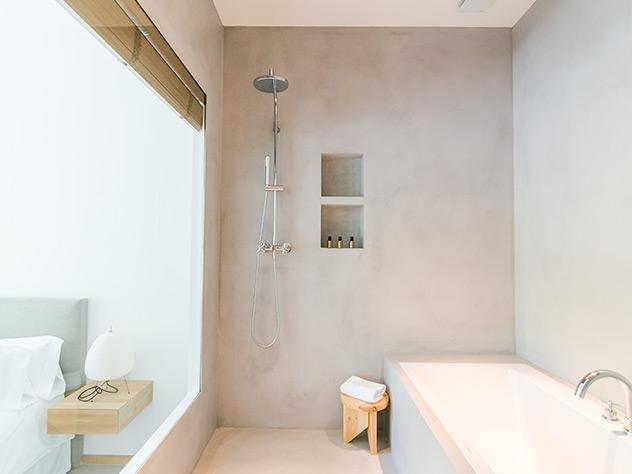 Los baños son minimalistas y funcionales
