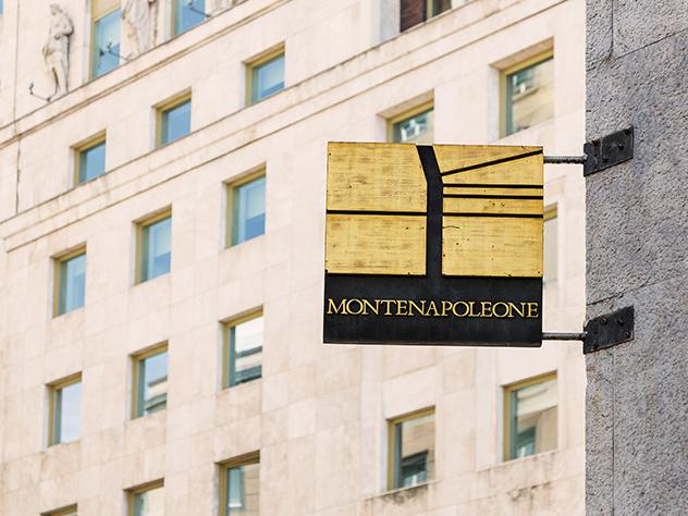 Vía Montenapoleone, una de las calles más famosas de Milán por sus tiendas de moda y joyerías.