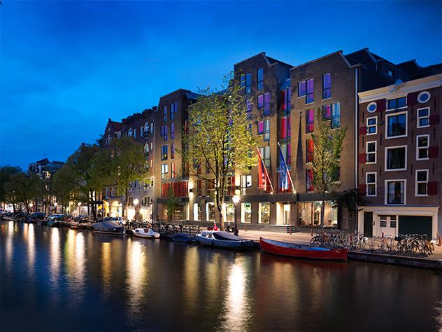 Vistas nocturnas del Hotel Andaz de Ámsterdam.