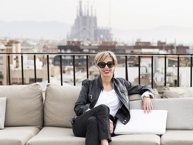 Silvia Arenas, Directora Creativa de Westwing España, en la terraza del Majestic. Al fondo, la Sagrada Familia