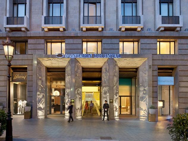 Fachada y entrada del hotel Mandarín