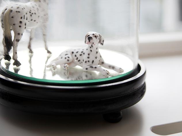 Pequeñas figuras decorativas bajo una campana de cristal: ¡pura delicadeza!