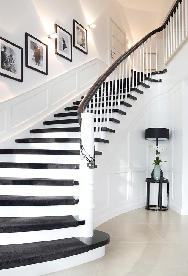 La escalera de ébano conduce al dormitorio.