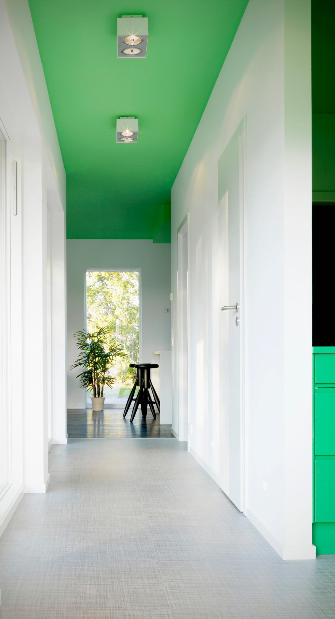casa-fresca-luminosa-techo-verde