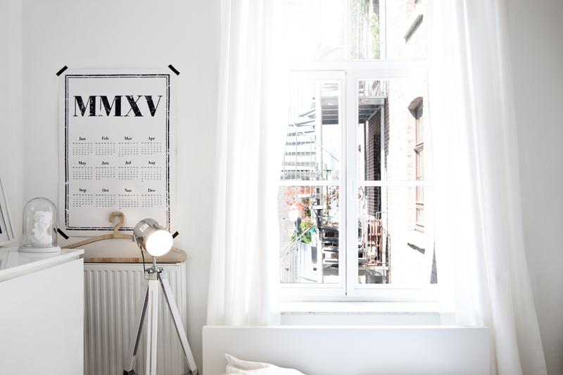 La luz, junto con el blanco, es uno de los elementos predominantes de este apartamento scandi.