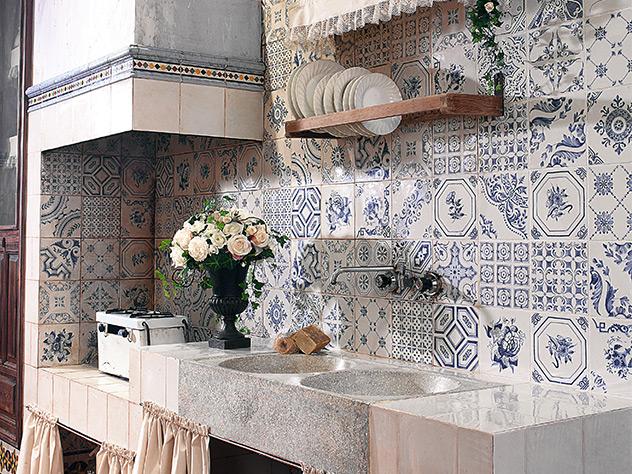 El revestimiento, lo que se conoce como azulejo, está concebido para paredes interiores, por lo que no precisa de altas características técnicas.