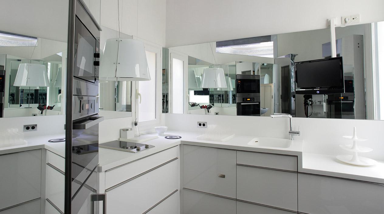 Los baños y armarios son de estilo contemporáneo y han sido construidos a medida en material corian.