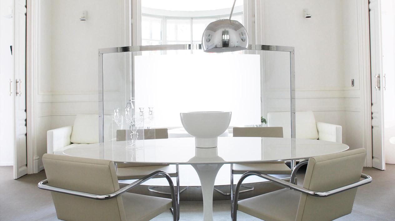 El blanco domina los espacios de estas elegantes suites con la intención de conseguir un ambiente  sereno y tranquilo.