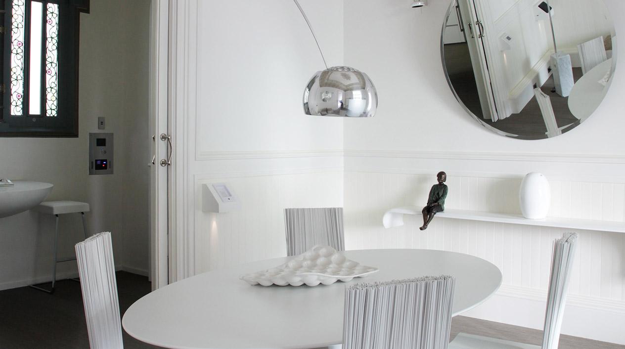 El Palauet alberga 12 suites, distribuidas en 6 apartamentos de 150 metros cuadrados decorados a capricho con la intención de conseguir una expresión de sorpresas al descubrirlos.
