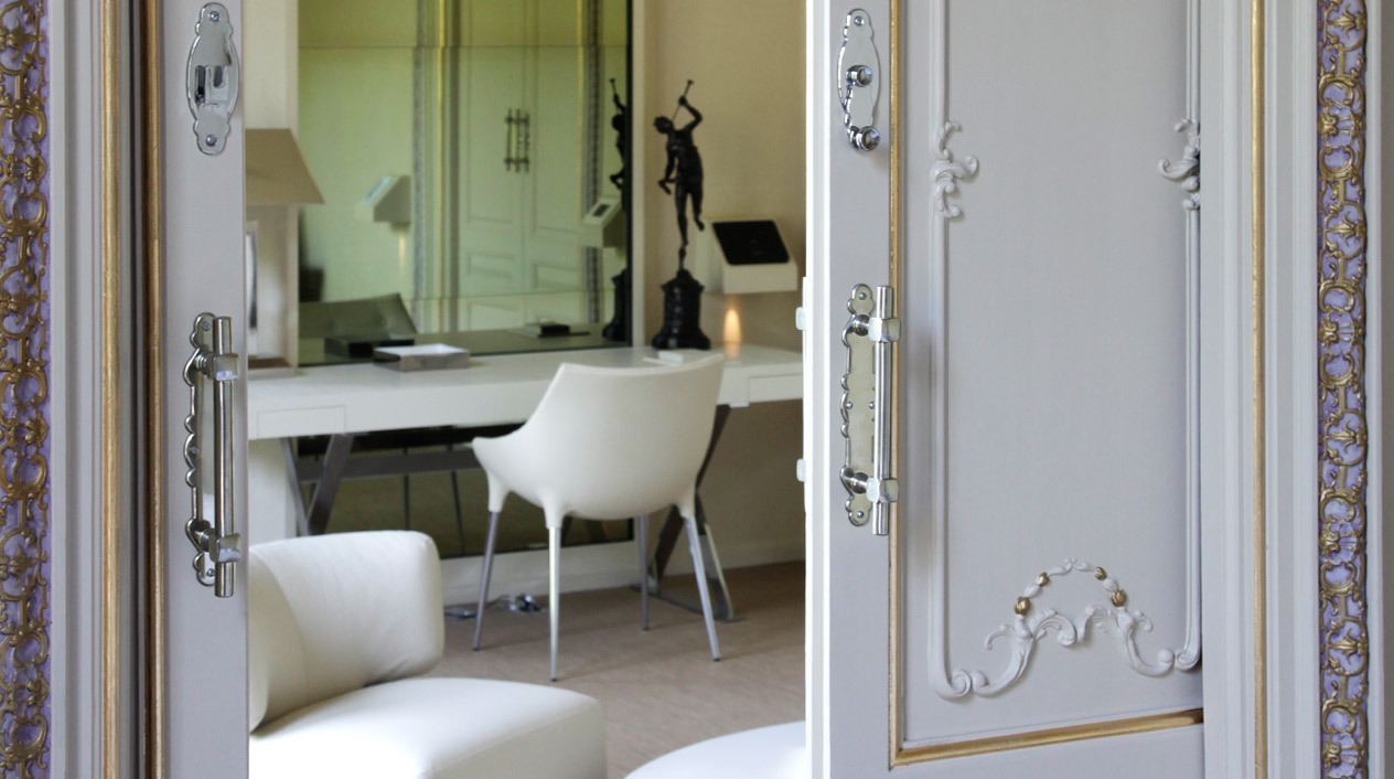Las puertas correderas son las originales de este edificio modernista y están artísticamente labradas con decoraciones de copas.
