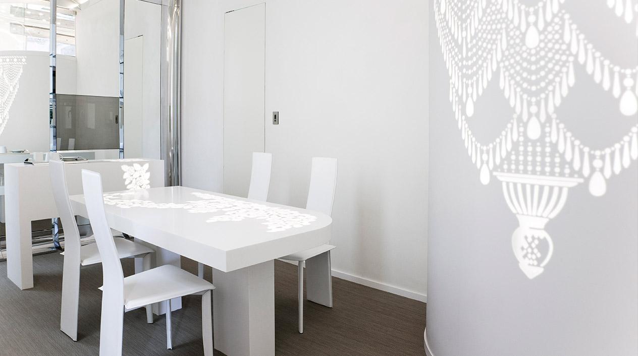 Elementos elaborados en corian con retroiluminación inspirándose en elementos decorativos del edificio logran la fusión de lo contemporáneo con lo antiguo.