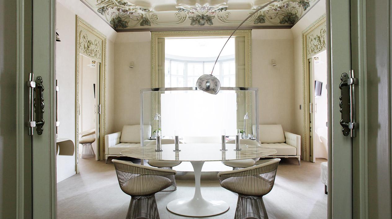 En el hotel encontramos mobiliario moderno y contemporáneo de diseñadores como Philippe Starck, Ron Arad, Antonio Citterio, Mies van der Rohe, Hermanos Campana o Established & Sons, entre otros.