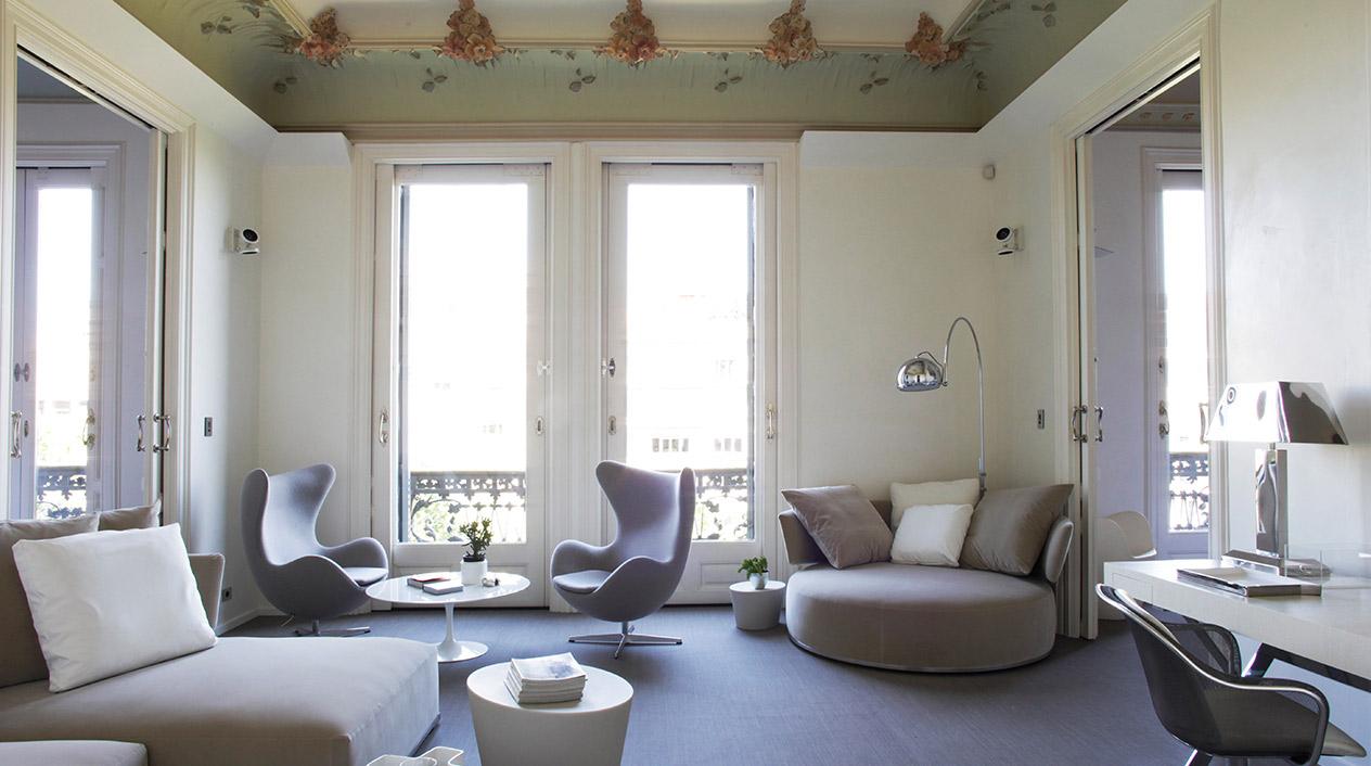 La mezcla de elementos arquitectónicos modernistas junto con muebles de estilo contemporáneo y de diseño crea un estilo muy particular al que sus dueños han denominado modernismo contemporáneo.