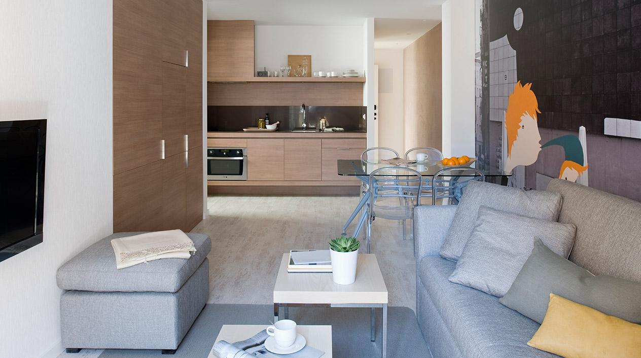 El parquet claro y las cocinas de madera son otras dos constantes en estos apartamentos.