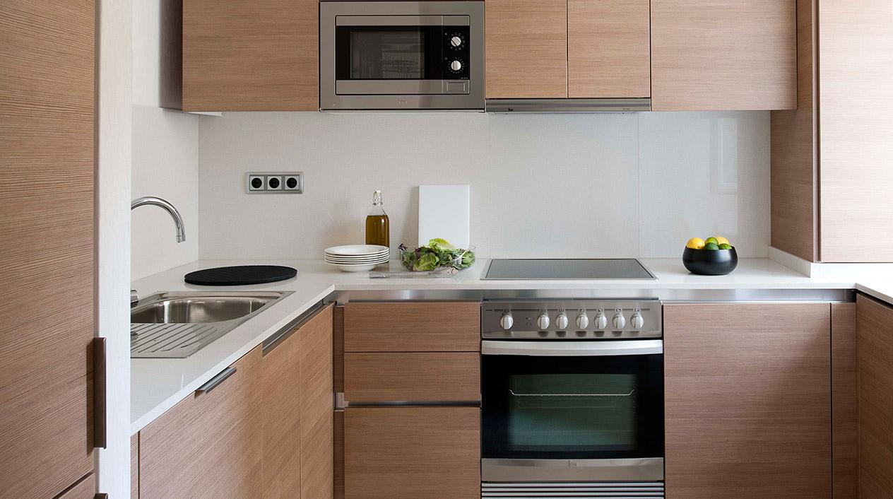La cocina está completamente equipada con menaje de diseño; cubiertos, vasos, sartenes, pequeños electrodomésticos...