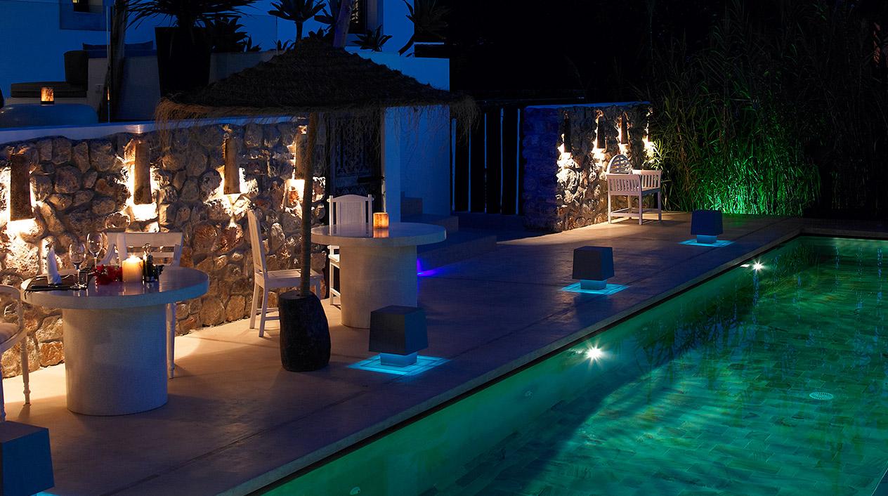 La parte frontal del hotel está ubicada en el campestre entorno ibicenco, con vistas a la llamativa piscina y a la zona ajardinada donde se encuentran las cabañas de estilo balinés.