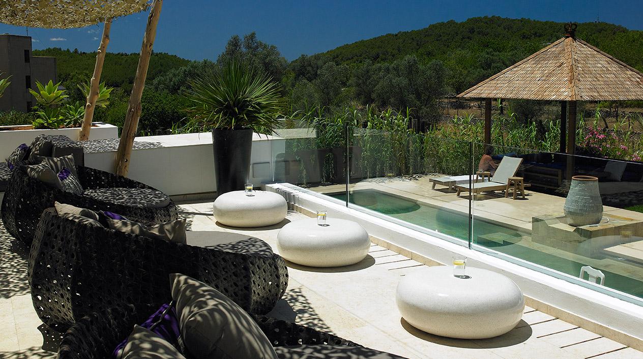 El hotel combina el estilo rural ibicenco y materiales naturales de vanguardia.