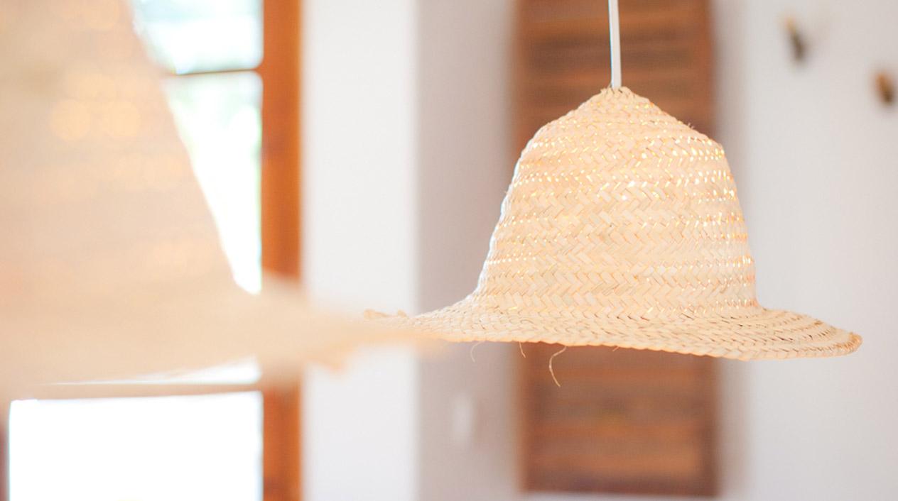 Las lámparas de techo destacan por su originalidad, ya que han sido elaboradas a partir de sombreros de paja.