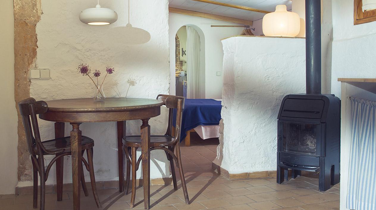 S'Horabaixa apuesta por espacios blancos con algún detalle decorativo de color donde se mezclan muebles y objetos antiguos con muebles en maderas claras y formas simples.