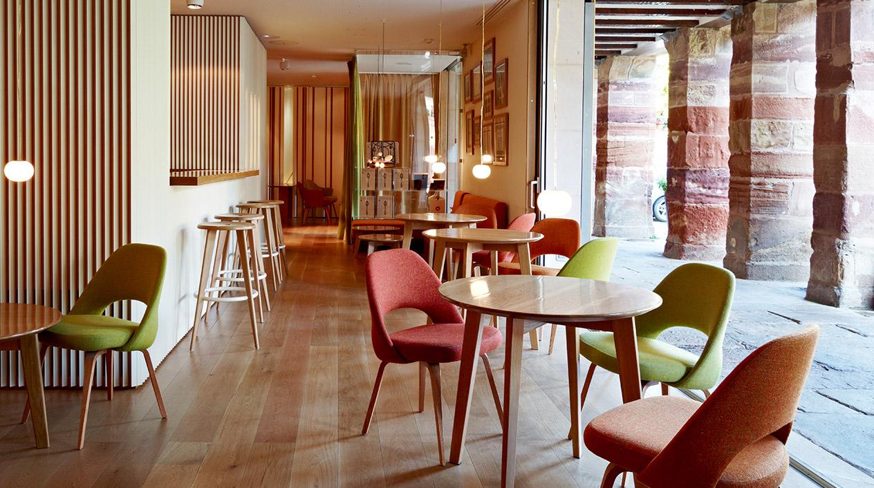 Destaca su arquitectura moderna en la que predominan el uso de maderas recicladas y materiales no contaminantes.