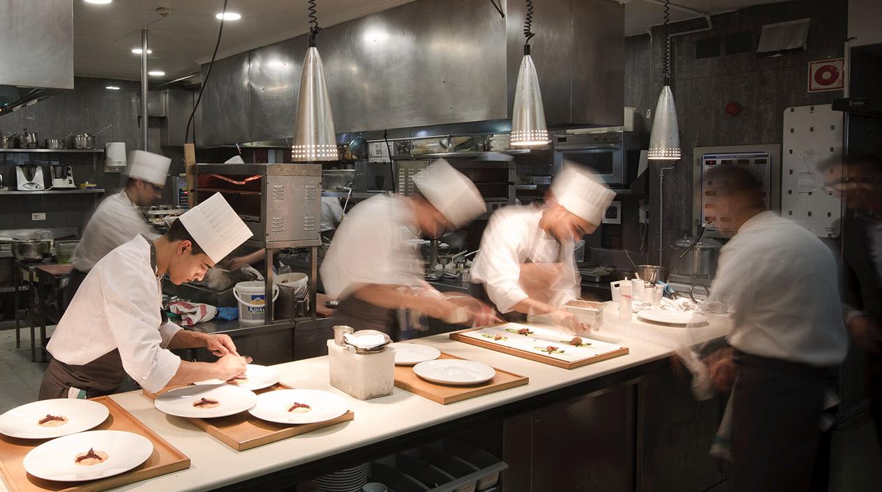La estrella de su oferta gastronómica es El Portal, restaurante con dos estrellas Michelín y con una cocina creativa y vanguardista.