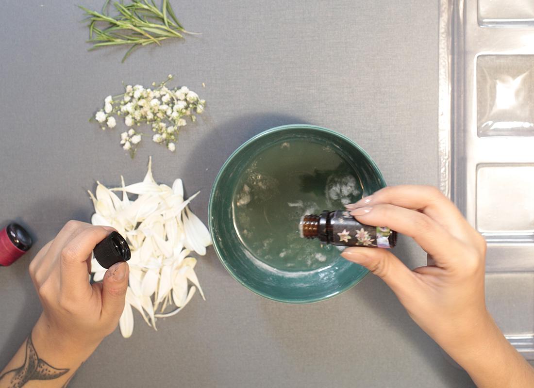 1. Derrite la glicerina, añade el aceite esencial y el colorante y mezcla