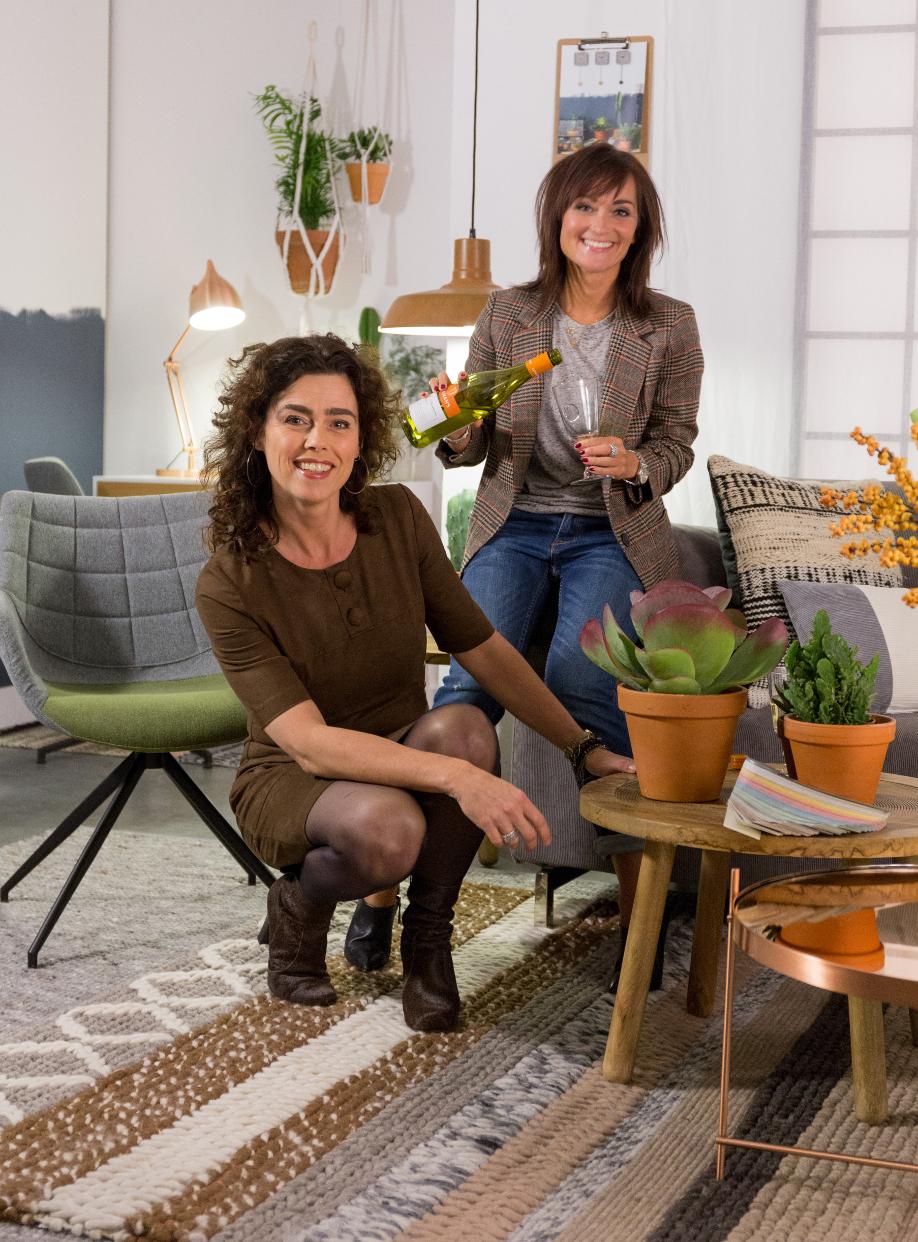 La Directora de Arte de Zuiver, Caroline van Velze, junto a la directora de estilo de Westwing Holanda