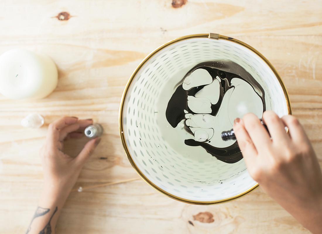 1. Vierte el esmalte de uñas en el agua y alterna los colores.