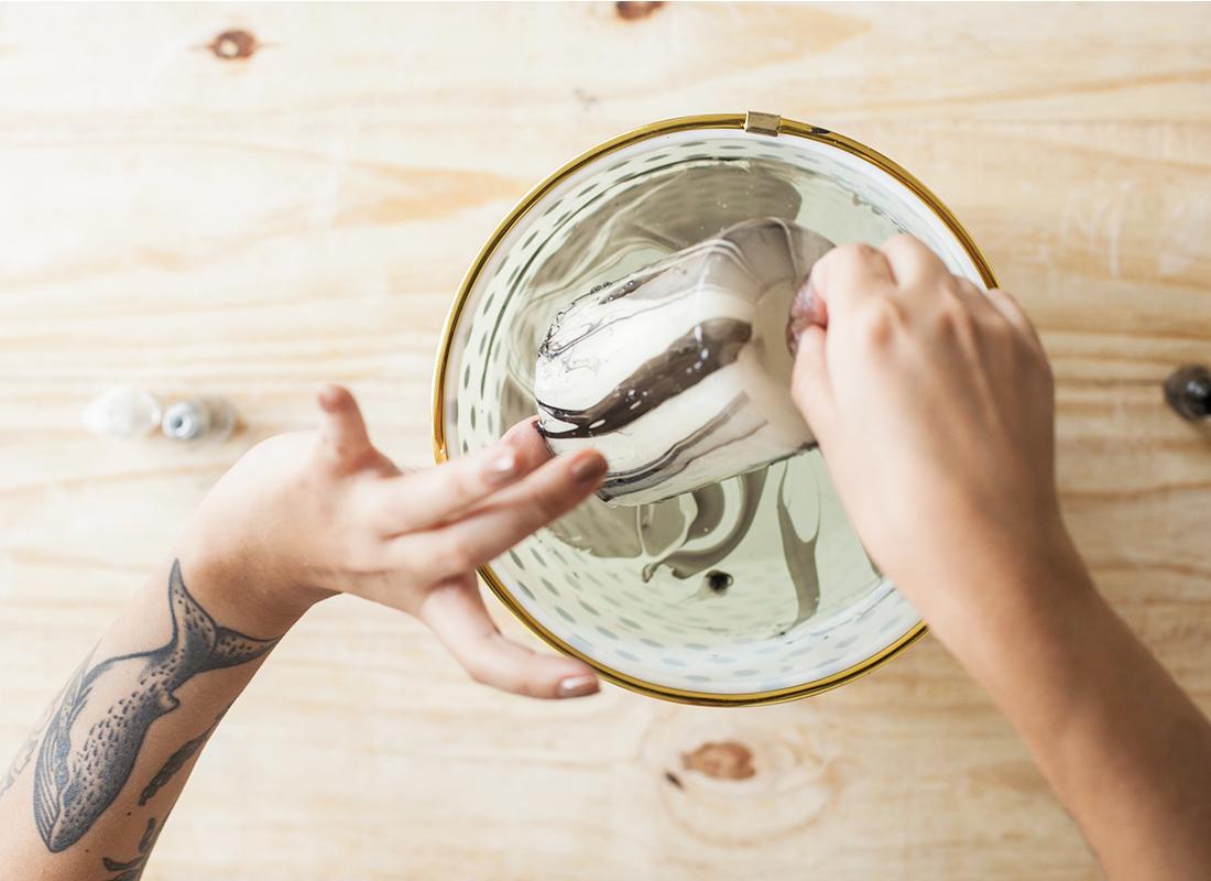 3. Sumerge la vela sujetándola por la mecha.