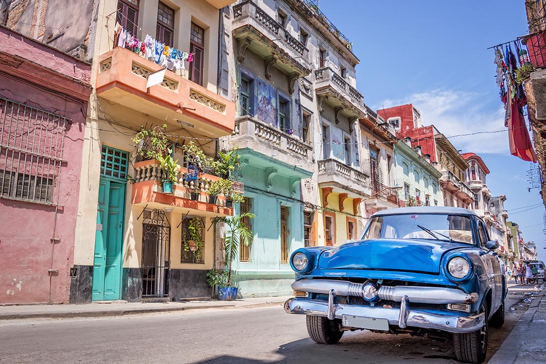 Coche antiguo y casa coloridas Cuba