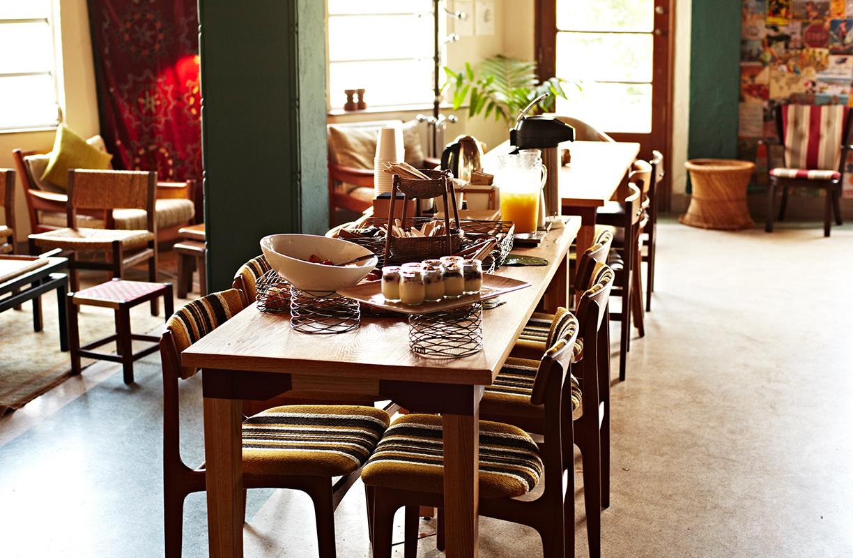 Para transmitir calma y sosiego con un punto de modernidad, en Freehand utilizan mobiliario en madera, accesorios naturales y pinceladas de color a través de plantas y accesorios
