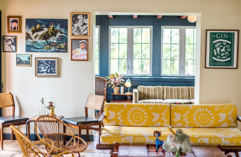 Sillas de mimbre y ratán, sofás tapizados con llamativos prints, paredes blancas de las que cuelgan todo tipo de cuadros y plantas para poner el toque final