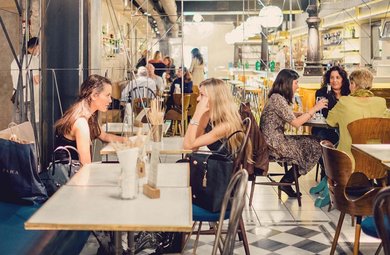 Un gran salón, casero y luminoso, presidido por una gran chimenea de hierro pintado y decorado con piezas de aquí y de allí es el lugar perfecto en el que tomar un café con amigos y perderse entre aventuras