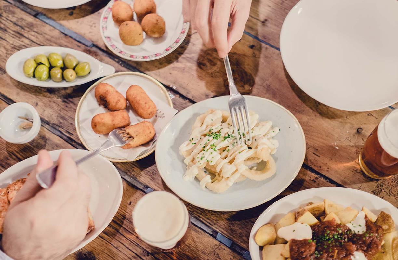 La Paisana de Casa Gracia es un espacio gastrocultural que mezcla cocina catalana tradicional, platos y tapas fusión innovadores