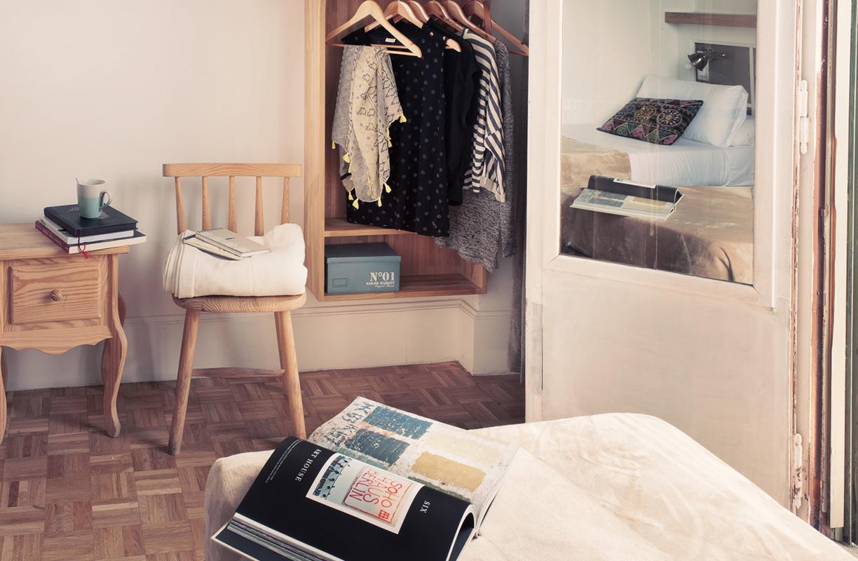 La funcionalidad se encuentra con la elegancia en las habitaciones del hostal Casa Gracia, todas con la misma filosofía y estética
